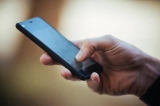 Мужчина украл у мальчика сотовый телефон в Приморье