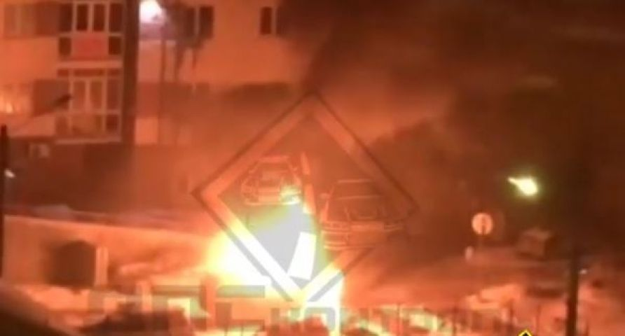 Новый Land Cruiser Prado горит на парковке возле дома в Приморье