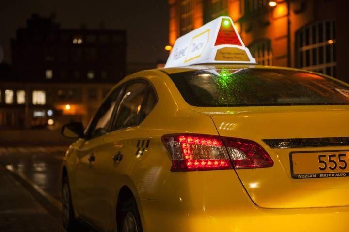 Черный джип снес дверь автомобилю такси во Владивостоке