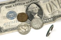 Подешевевшая нефть дала передышку доллару