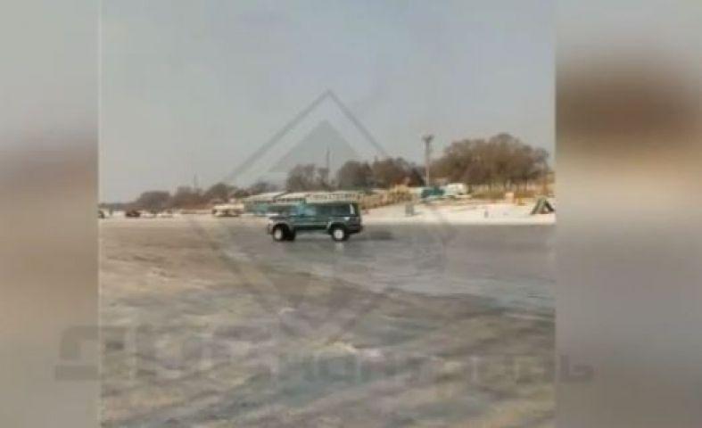 Водитель Land Cruiser ответил дрифтовавшему на озере УАЗу в Приморье