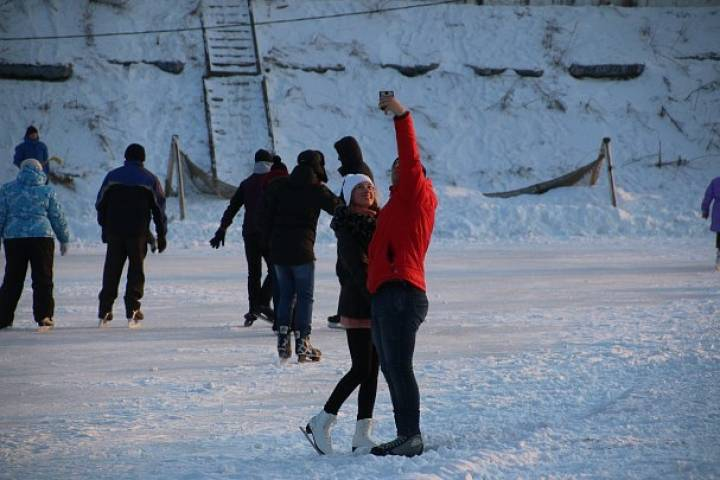 Жительницу Владивостока с катка на «Авангарде» забрала скорая помощь