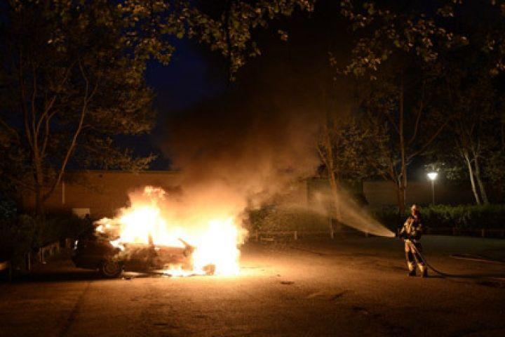 Toyota Harrier горит около кинотеатра «Нептун» во Владивостоке