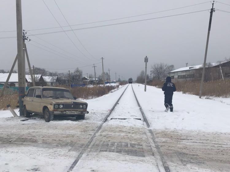 Отечественная машина попала под поезд в Приморье