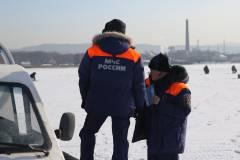 Очередной внедорожник чуть не ушел под лед в Приморье