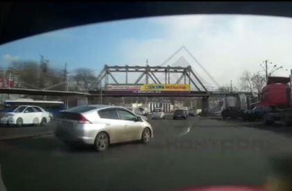 Автоледи, болтающая по телефону, удивила маневром на дороге Владивостока