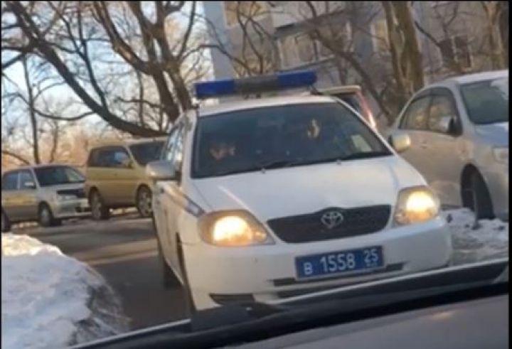 Во Владивостоке автомобилистка «бодалась» с полицией в узком дворе