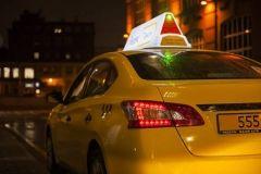 Автомобиль такси вылетел с трассы и перевернулся во Владивостоке