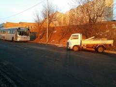 Пьяный водитель грузовика врезался в автобус во Владивостоке