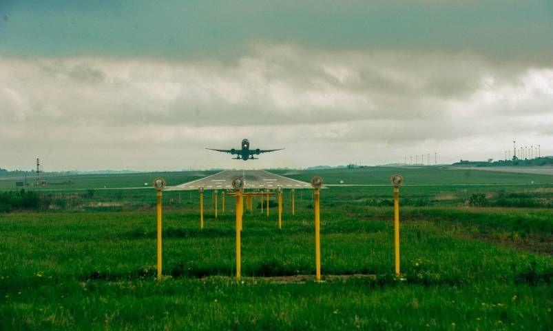 Самолет из Владивостока попал в неприятный инцидент во время посадки
