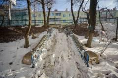 Лестницу в центре Владивостока не могут очистить от снега с прошлого года