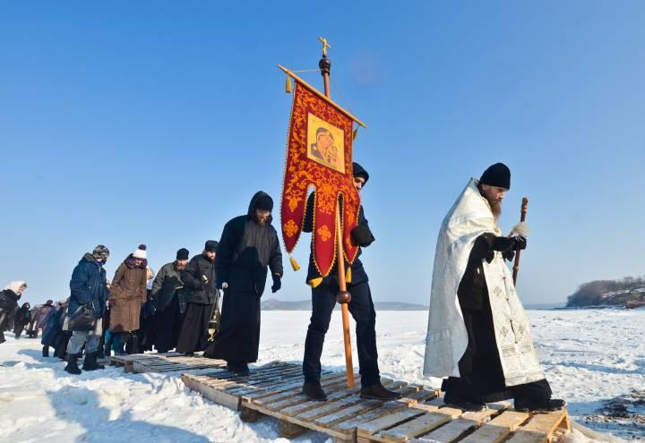 Верующие Владивостока прошли крестным ходом от монастыря до проруби в Крещение