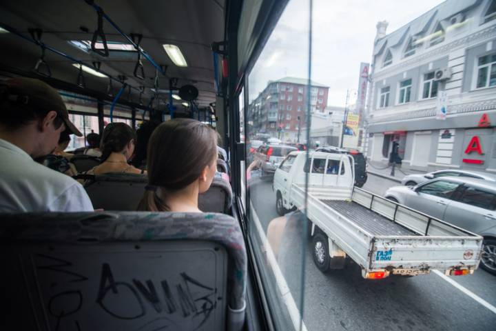 Во Владивостоке автобус перекрыл дорогу
