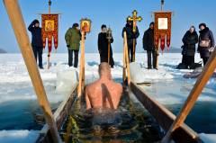 В Приморье после погружения в прорубь в Крещение никто не пострадал - МЧС