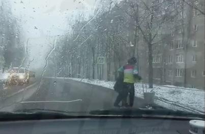 Житель Владивостока не поленился и вышел из машины, чтобы сделать это