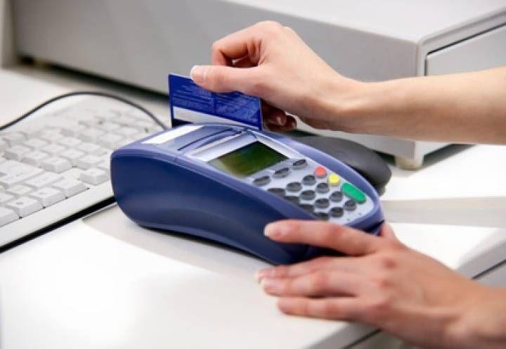 Жительница Артема сняла с украденной банковской карты 90 тысяч рублей