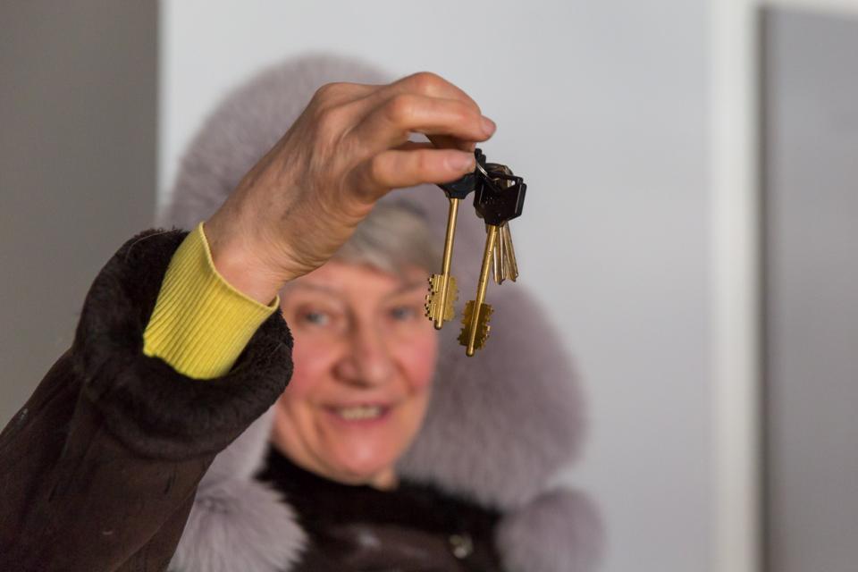 Первая семья получила ключи от новой квартиры в микрорайоне Мыс Астафьева в Находке