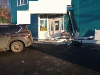 Появились подробности ДТП, в котором водитель протаранил магазин во Владивостоке