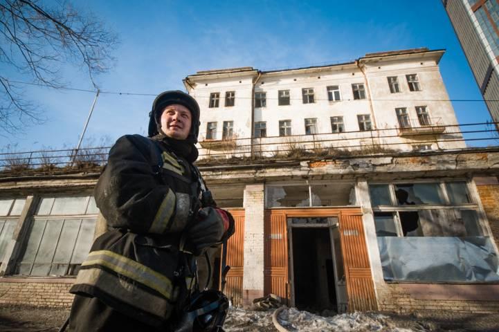 Во Владивостоке загорелось общежитие