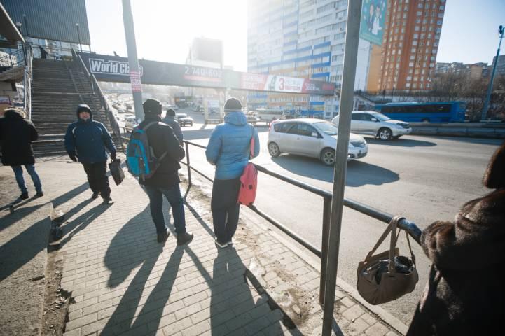 Жители Владивостока перелезают через ограждения, чтобы сесть в автобусы