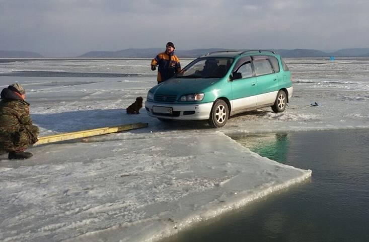 Сотрудники МЧС спасли рыбака с оторвавшейся льдины
