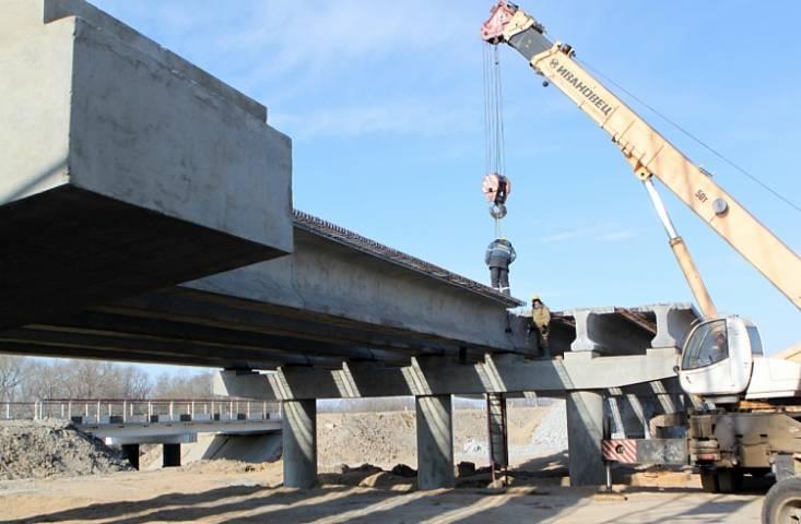 Смонтирована большая часть балок моста на реке Славянке