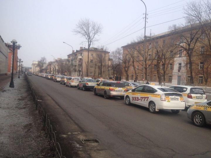 Колонна таксистов, приехавших проститься с коллегой, парализовала движение в Уссурийске