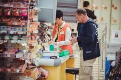 Житель Владивостока продолжает бесплатно пить водку в супермаркетах