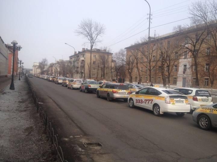 В Уссурийск проститься с убитым коллегой съехались таксисты со всего края