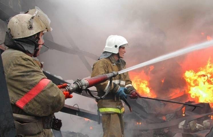 В Уссурийске пожарным удалось ликвидировать пожар на складе