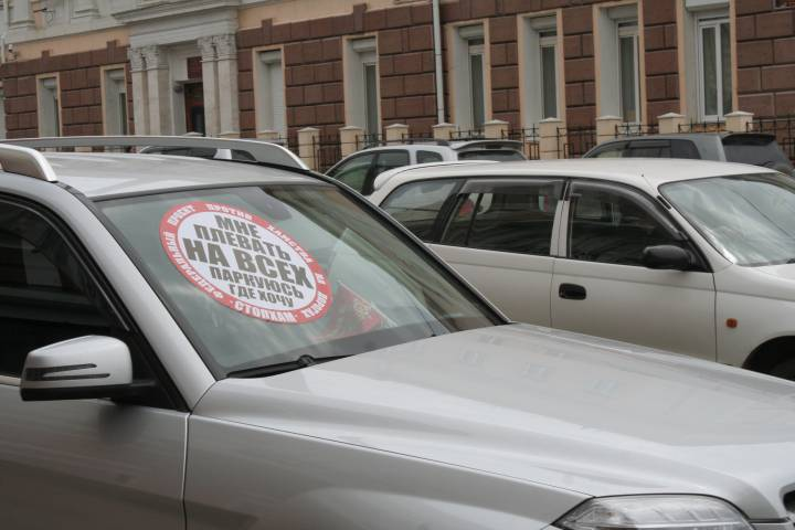 Активист «СтопХама» запрыгнул на капот машины в центре Владивостока