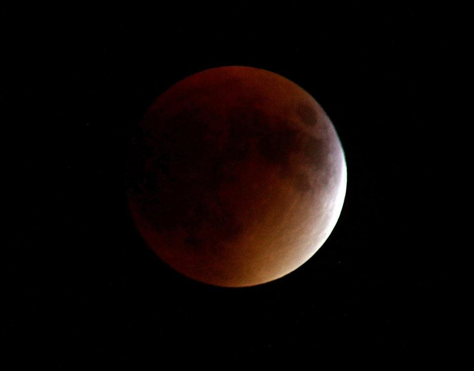 Жители Приморья смогут увидеть сегодня ночью «кровавую Луну»