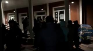 Сотни родителей провели эту ночь у дверей школ во Владивостоке