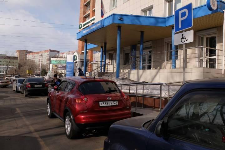 «Забери мои болезни»: автохамы без зазрения совести паркуются на местах для инвалидов