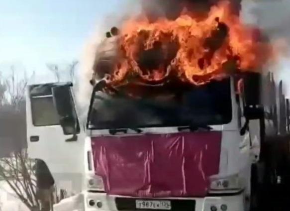 Фура загорелась на трассе в Приморье