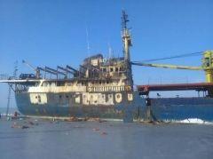 Местные мародеры продолжают разбирать тонущее судно Yeruslan по частям