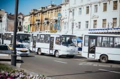 Жители Владивостока толкали заглохший автобус
