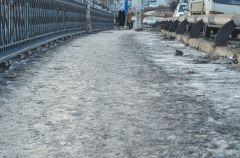 После оттепели пешеходные зоны во Владивостоке снова превратились в каток