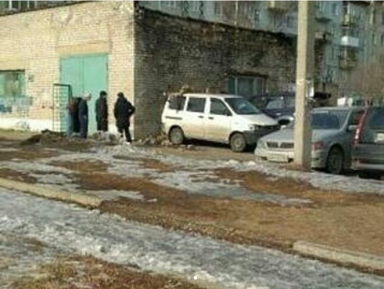Крыша казенного учреждения обрушилась на автомобили в Приморье