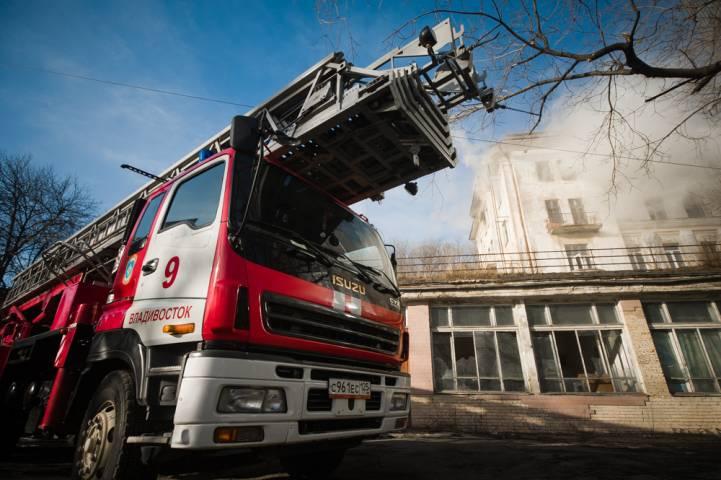 Пожарные потушили горящую квартиру в центре Владивостока
