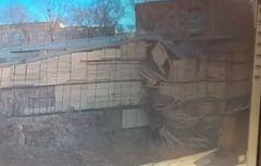 Момент обрушения дороги на улице Станюковича во Владивостоке попал на видео