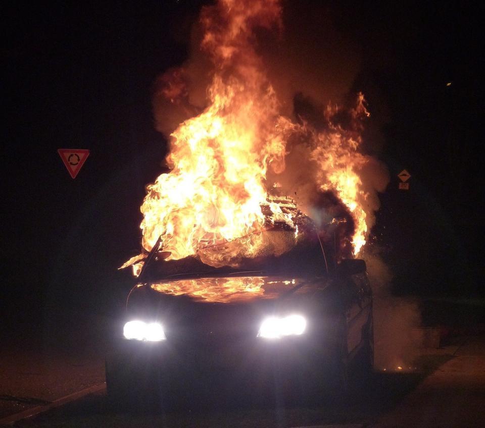 Ночью во дворе жилого дома в Приморье сгорел автомобиль