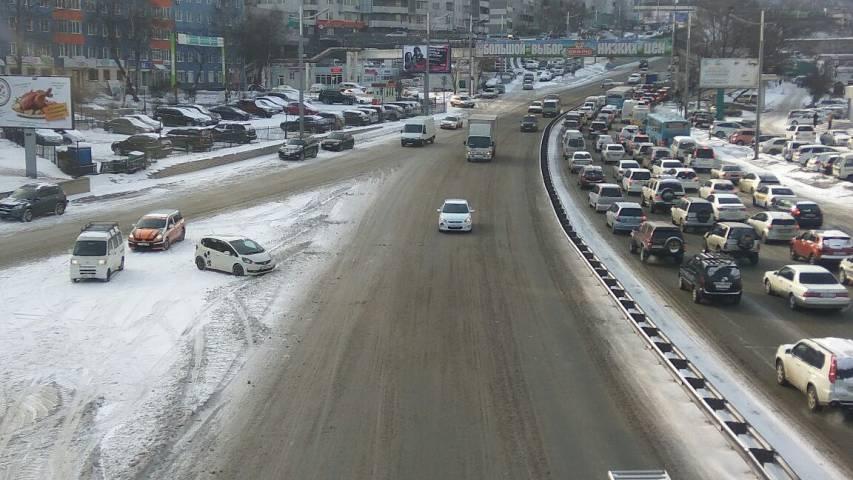 Рабочая неделя во Владивостоке началась с ветра и гололеда