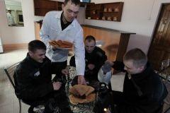 В Приморье осужденные питаются в кафе