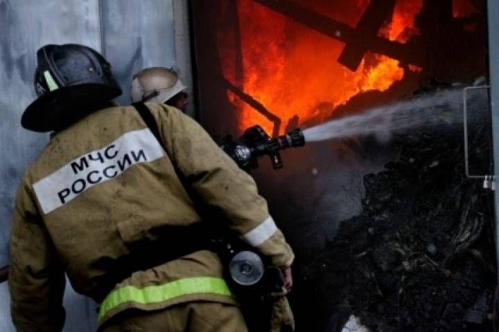 В Приморье пожарные пытаются потушить частный дом