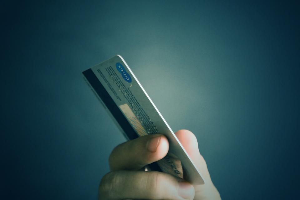Найденная банковская карта довела жителя Владивостока до скамьи подсудимых