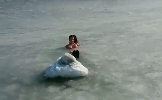 Девушка, купающаяся в ледяной шуге, вызвала восторг владивостокцев