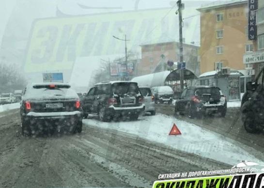 Первый весенний снег привел к многочисленным авариям во Владивостоке
