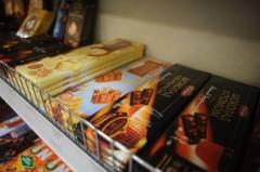 Жители Владивостока ели конфеты прямо с полки в супермаркете
