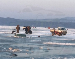 Приморские рыбаки продолжают топить автомобили подо льдом
